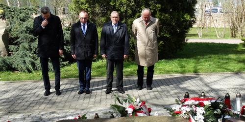 """kielce wiadomości Politycy PO składali kwiaty pod pomnikiem ofiar Katynia. """"Smol"""