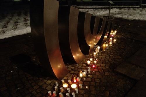 """kielce wiadomości Upamiętnią ofiary Holokaustu. Kieleckie obchody przy pomniku """"Menora"""""""