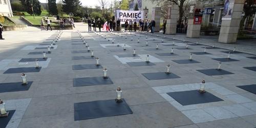 kielce wiadomości Na Placu Artystów zapłonęły świece dla ofiar katastrofy smoleń