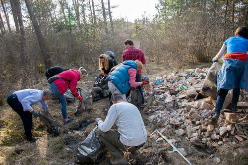 kielce wiadomości Mieszkańcy gminy Sitkówka-Nowiny sprzątali w niedzielę śmieci w lesie