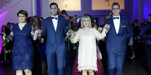 kielce wiadomości Studniówka IV LO w Kielcach. Poloneza tańczyli na dwie raty (ZDJĘCIA,WIDEO)