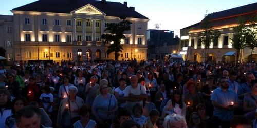 kielce wiadomości Tłumy na Rynku. Uwielbiali Chrystusa w centrum Kielc (ZDJĘCIA,