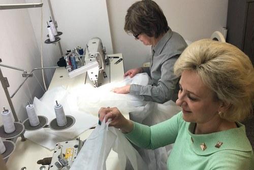 kielce wiadomości Pracownicy WDK szyją fartuchy dla szpitali