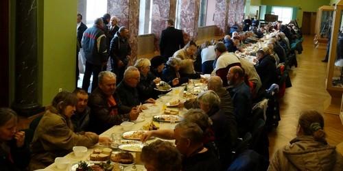 kielce wiadomości Bezdomni i ubodzy spotkali się w WDKu. Czekały na nich paczki