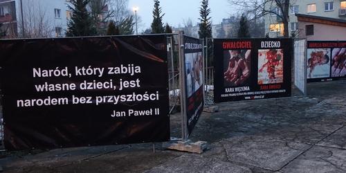 kielce wiadomości Makabryczna wystawa z Hitlerem i zabitymi dziećmi ponownie w Kielcach (ZDJĘCIA)