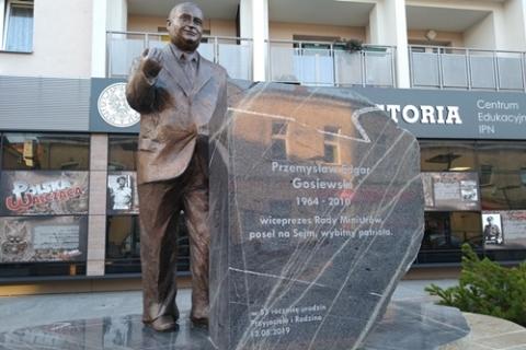 kielce wiadomości Pomnik Przemysława Gosiewskiego już zamontowany. Niedługo oficjalne odsłonięcie