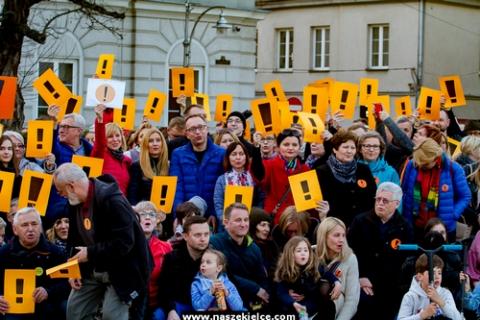 kielce wiadomości KOD zorganizował pikietę poparcia dla strajkujących nauczycieli (ZDJĘCIA, WIDEO)