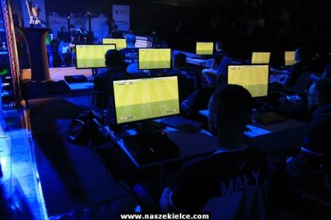 kielce wiadomosci W FIFĘ zagrali jak na prawdziwym boisku. Pierwszy tego typu turniej odbył się w Kielcach (ZDJĘCIA)